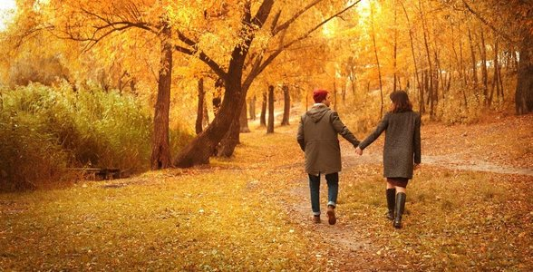 Photo of a couple in autumn