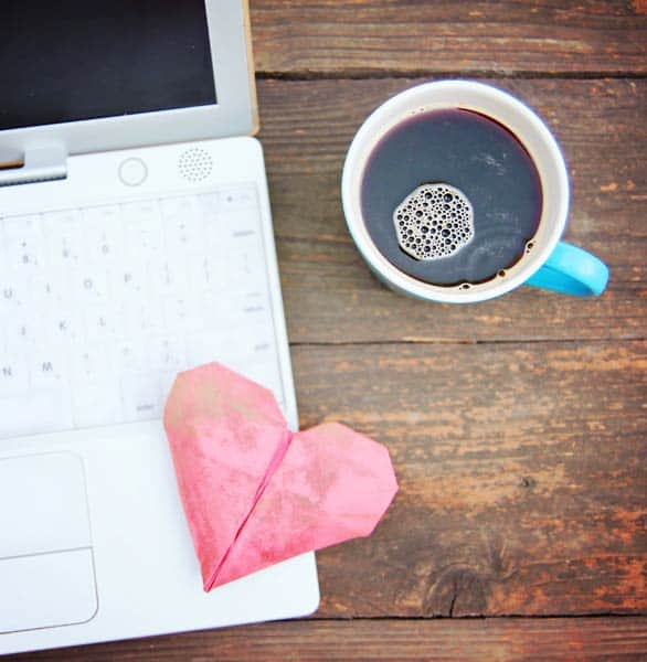 "Photo d'un ordinateur et d'un cœur [19659318] Les rencontres en ligne sont un moyen rapide et efficace de rencontrer des dates compatibles dans votre région. </p> </div> <p> Je ne suis pas le seul à avoir réussi dans le jeu de rencontres virtuel. Quelque chose comme 40% des couples américains disent maintenant qu'ils se sont rencontrés en ligne, et 22% des nouveaux mariages ont commencé par un coup ou un message instantané sur une plate-forme de rencontres. </p> <p> Nous avons vu beaucoup de preuves tangibles que les rencontres en ligne fonctionnent, mais ce sont les histoires de réussite personnelles qui conduisent vraiment à ce point et montrent ce qui est possible si vous confiez votre cœur à un algorithme. </p> <p> ""La meilleure chose à propos des rencontres en ligne était de pouvoir avoir ce genre de rencontre des esprits d'abord, et d'être capable de voir de quelle manière vous cliquez », a déclaré Anna Fiehler, une femme de 56 ans qui s'est mariée avec un homme qu'elle a rencontré en ligne. ""I think it's a real opportunity for folks over 50.""</p> <h2>Do Seniors Use Tinder?</h2> <p>Yes, seniors do use Tinder, but they are few and far between. According to a 2018 study, only 10% of Tinder users are over 55. That's not an encouraging statistic for Tinder seniors hoping to swipe on age-appropriate dates. If you're a cougar or a sugar daddy, then maybe you'll love the youthful crowd in this fast-paced app.</p> <p>Seniors who are looking for a date in the 50+ age range should stay away from Tinder and stick to some of the more mature dating sites and apps available.</p> <h2>Dating Sites Can Bring Romance to the Over-60 Crowd</h2> <p>Most senior singles have been in a relationship before, and they miss having someone with whom to share their days and spend their lives. However, it's not always easy for divorcees, widowers, and other over-60 singles to get back out there.</p> <p>Fortunately, the online dating world can offer a helping hand and a comforting community "